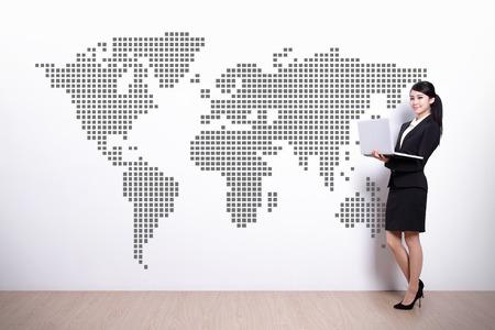 mapa china: Concepto del asunto global - mujer de negocios usando la computadora portátil con el mapa del mundo