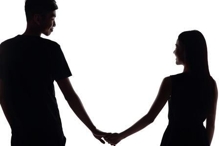 baiser amoureux: la silhouette de deux amoureux. Isol� sur fond blanc
