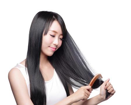 cabello lacio: La mujer hermosa toca su largo cabello lacio cuidado de la salud con la cara de sonrisa, asiático modelo de belleza Foto de archivo