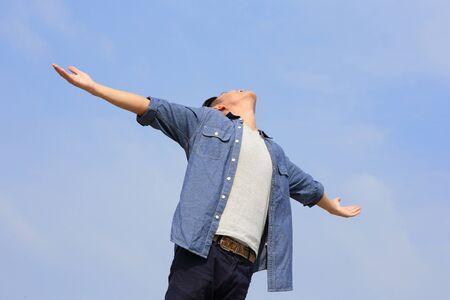 manos levantadas al cielo: Hombre despreocupado y libre levant� las manos y mirando a un cielo, asi�tico