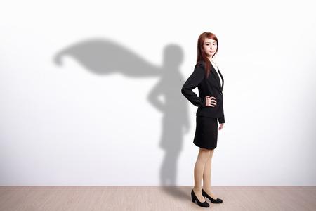 Superhero Business Woman z białym tle ściany, wielkie za wzór lub tekst, asian