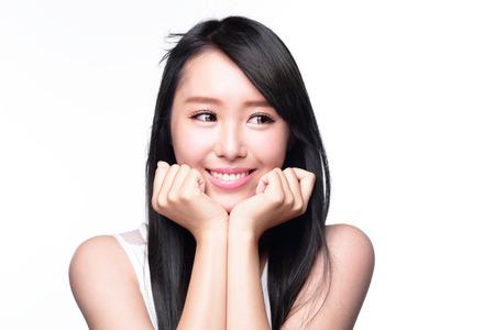 s úsměvem: Krásná úsměv šťastná žena oko pohled na prázdnou kopií prostor izolovaných na bílém pozadí
