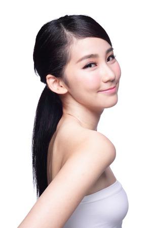 Krásná Péče o pleť žena tvář úsměv na vás na modrém pozadí. Asijské krásy