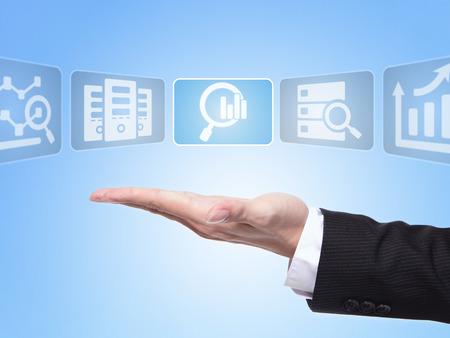 big: concepto de ciencia de datos, hombre de negocios palma de la mano la celebraci�n de todo tipo de icono sobre la ciencia de datos con el fondo azul Foto de archivo