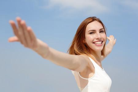 libertad: Sonrisa Libertad y Mujer despreocupada. Ella est� disfrutando de la naturaleza durante las vacaciones de viaje de vacaciones al aire libre. cauc�sico belleza