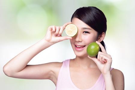 Chica Salud espectáculo limón con cara de sonrisa, el concepto de alimentos saludables, la mujer asiática belleza