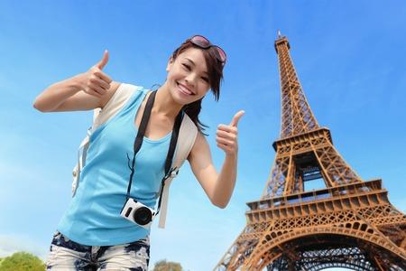 Šťastná cestovní žena v Paříži s Eiffelovou věží a ona ukázat palec nahoru Reklamní fotografie