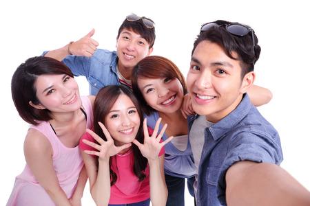 colegios: Autofoto - Adolescentes felices de tomar im�genes de s� mismos aislados sobre fondo blanco, asi�tico Foto de archivo