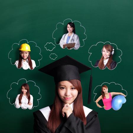 licenciatura: Estudiante mujer Sonrisa de graduarse y pensar en su futuro y trabajo Foto de archivo
