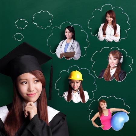 Estudiante mujer Sonrisa de graduarse y pensar en su futuro y trabajo Foto de archivo