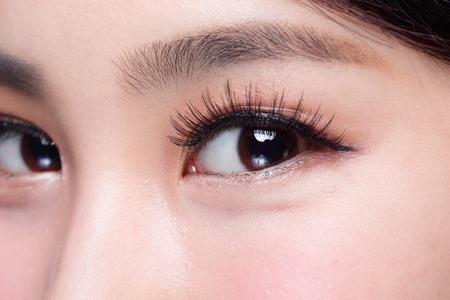 긴 속눈썹을 가진 아름 다운 여자의 눈 스톡 콘텐츠