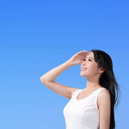 Beautiful woman face with sunshine and blue sky Foto de archivo