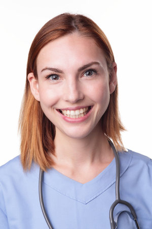 enfermera con cofia: Mujer médico cirujano o enfermera retrato aislados sobre fondo blanco, caucásico belleza