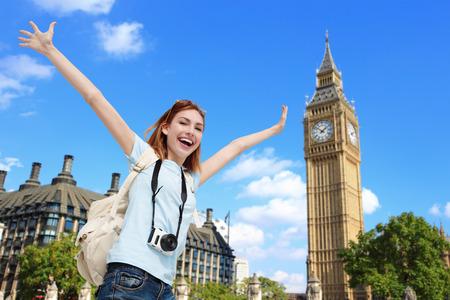 La mujer del recorrido feliz en Londres con el Big Ben torre, caucásico belleza Foto de archivo