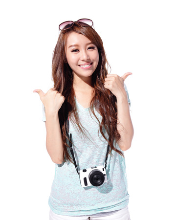 Gelukkig reizen jong meisje toont duim omhoog geïsoleerd op een witte achtergrond, Aziatische Stockfoto