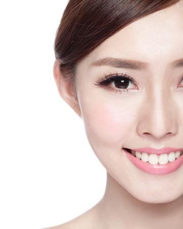 Polovina portrét ženy s krásou obličeje, perfektní pleť a zdraví zubů, ona úsměv na vás na bílém pozadí, asijských krása