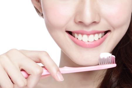 lächeln: Nahaufnahme von Frau Lächeln Zähne putzen. ideal für die Gesundheit Zahnpflege-Konzept, isoliert über weißem Hintergrund. asiatisch Lizenzfreie Bilder