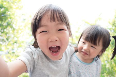 viaggi: Il bambino felice prendere un Selfie nel parco, asiatico