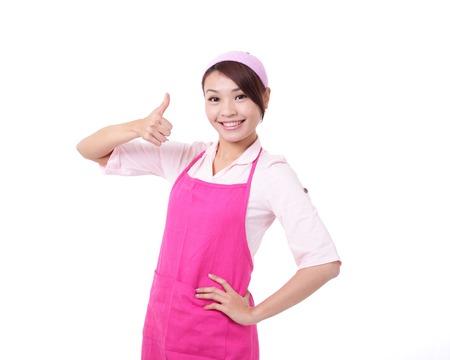 casalinga: Madre felice giovane donna che indossa un grembiule da cucina casalinga e mostrando il pollice in alto, asiatico