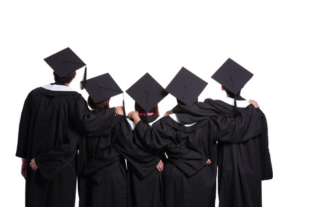 Grupo de estudiantes de posgrado mirando hacia arriba aislados en fondo blanco