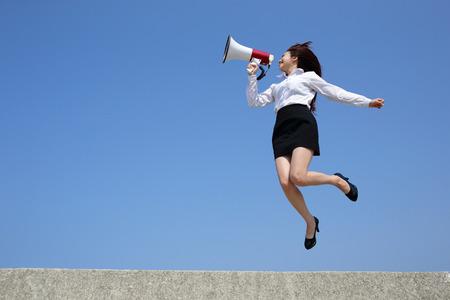 Succesvolle zakelijke vrouw schreeuwen in megafoon met blauwe hemel achtergrond Stockfoto - 39447662