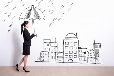 muralla china: mujer caminando de negocios y la celebración de paraguas de dibujo con el fondo de pared blanca Foto de archivo