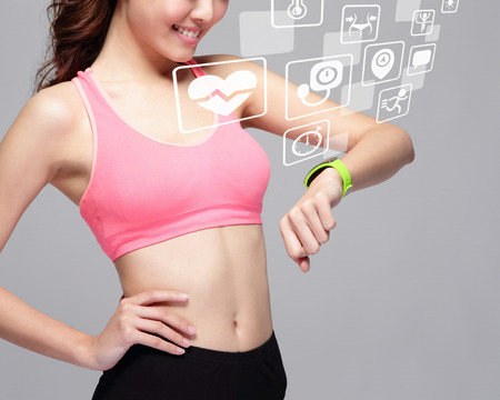 健康スポーツ女性のヘルス アイコンが灰色の背景は、アジアの美しさの分離とスマートな時計装置を装着