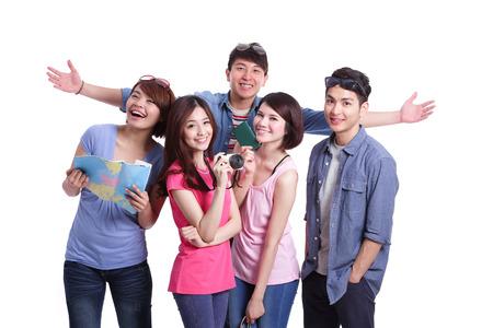 Šťastné skupina cestovní lidé držet fotoaparát, pas a mapu. Samostatný na bílém pozadí, asijský