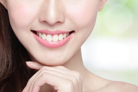 dientes sanos: J�venes dientes mujer salud hermosas cerca y encantadora sonrisa. Aislado en el fondo verde, belleza asi�tica