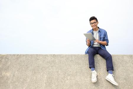 Heureux l'homme d'étudiant Collège utilisant pc tablette numérique et asseoir, asiatique mâle Banque d'images - 39540411