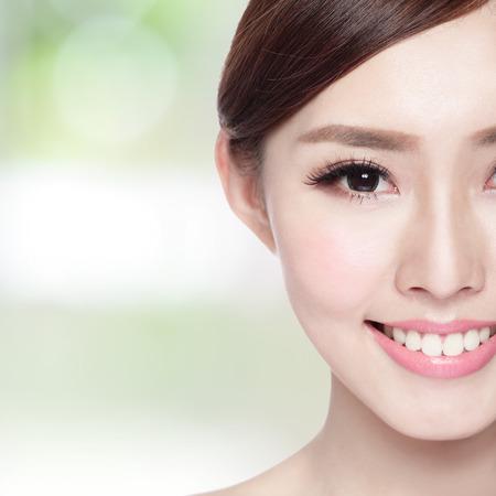 아름다움 얼굴, 완벽 한 피부와 건강 이빨을 가진 여자의 절반 초상화, 그녀가 당신에게 미소를 자연 녹색 배경에 고립, 아시아 아름다움 스톡 콘텐츠