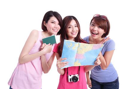 mapa china: Mujeres felices viajes en grupo tienen cámara, pasaporte y mapa. Aislado en el fondo blanco, asiático Foto de archivo