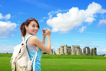 ni�as chinas: Viajero de la mujer feliz en Stonehenge, un antiguo monumento de piedra prehist�rica, Reino Unido. en Inglaterra, asiatico Foto de archivo