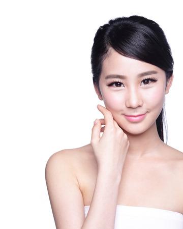 nature green: Cuidado de piel hermoso mujer cara de la sonrisa a usted con la naturaleza de fondo verde. Belleza asi�tica