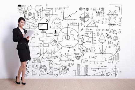 secretaria: Mujer de negocios que usa el ordenador digital de Tablet PC con infografía dibujo a mano, asiático Foto de archivo