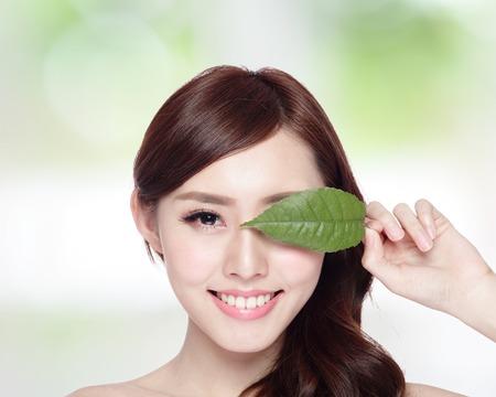 puros: Retrato hermoso de la cara de la mujer con el concepto de hoja verde para el cuidado de la piel o cosméticos orgánicos belleza asiática