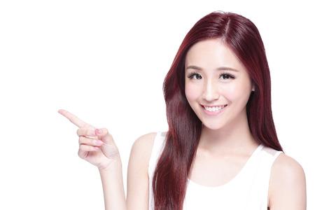 dientes: Mujer de la belleza con una sonrisa encantadora a usted con la piel de la salud, los dientes y el pelo aislado en fondo blanco, belleza asi�tica Foto de archivo