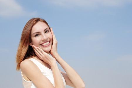 매력적인 미소 행복 한 여자입니다. 그녀는 건강 치아와 피부, 치과 치료 및 피부 관리 개념에 좋은 있습니다. 백인 아름다움