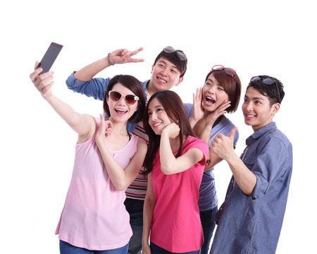 Autofoto - Adolescentes felices de tomar imágenes de sí mismos aislados sobre fondo blanco, asiático Foto de archivo