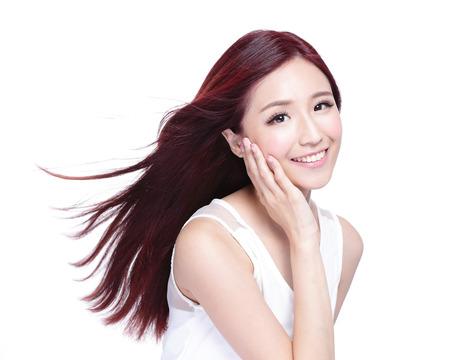 piel humana: Mujer de la belleza con una sonrisa encantadora a usted con la piel de la salud, los dientes y el pelo aislado en fondo blanco, belleza asiática Foto de archivo