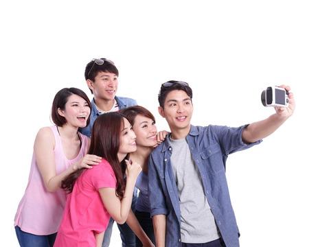 femmes souriantes: Selfie - adolescents heureux de prendre des photos en elles-m�mes isol�es sur fond blanc, asiatique