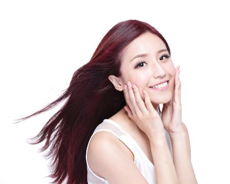 chicas sonriendo: Mujer de la belleza con una sonrisa encantadora a usted con la piel de la salud, los dientes y el pelo aislado en fondo blanco, belleza asi�tica Foto de archivo
