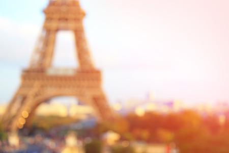 sol radiante: desenfocar bokeh borrosa silueta de la torre Eiffel en París, con la puesta del sol, por su gran diseño y el fondo