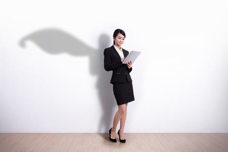 Superhero Zaken Vrouw met behulp van digitale tablet-pc computer met witte muur achtergrond, geweldig voor je ontwerp of tekst, aziatische Stockfoto