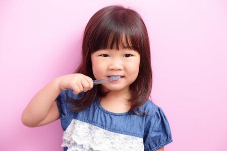mujer hijos: Ni�a feliz sonrisa para ni�os y pensar algo aislado en el fondo de color rosa, asi�tico