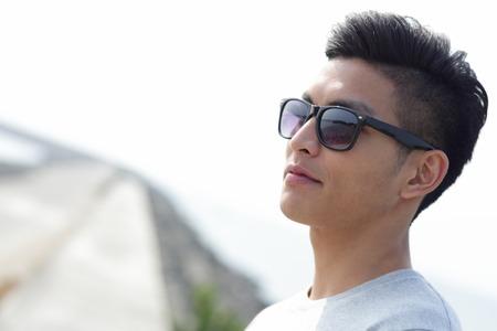 gafas de sol: Hombre joven de la manera con las gafas de sol de moda, asiático macho Foto de archivo