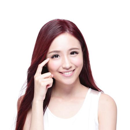 아름 다운 여자는 건강 긴 직선 머리, 건강, 눈 관리에 대한 개념, 아시아 아름다움 모델로 그녀의 눈을 가리키는 미소