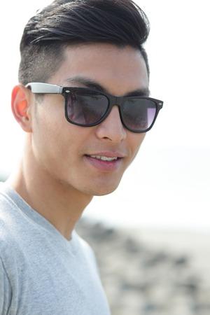 bel homme: Mode jeune homme avec ses lunettes de soleil à la mode, mâle asiatique