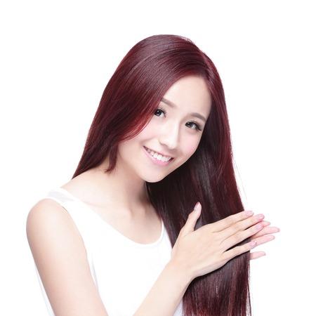 lang haar: Schoonheid vrouw raakt haar lange haren op een witte achtergrond, Aziatische schoonheid Stockfoto
