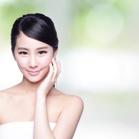 아름다움: 아름다운 피부 케어 여자 얼굴 자연 녹색 배경 당신에게 미소. 아시아 아름다움 스톡 콘텐츠